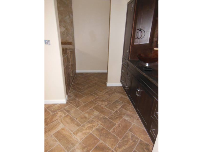 herringbone-pattern-porcelain-tile-floor-2
